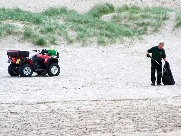 海岸掃除のボランティア