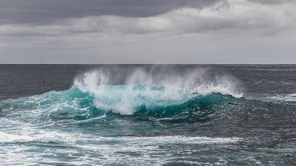 悪天候での波のうねり